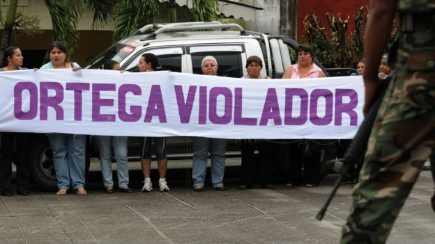 Mujeres con una pancarta que acusa a ortega de violador